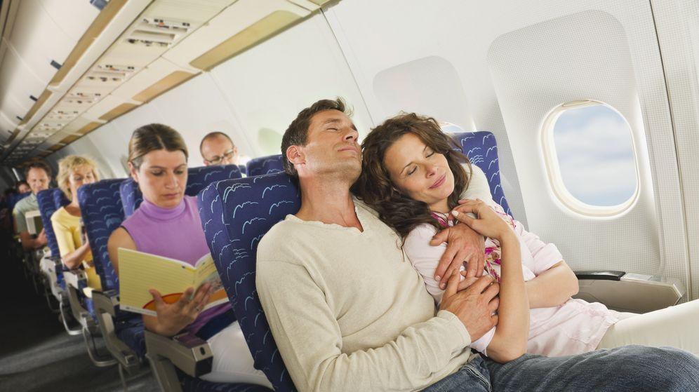 Foto: Consejos para conseguir dormir en un avión. (Corbis)
