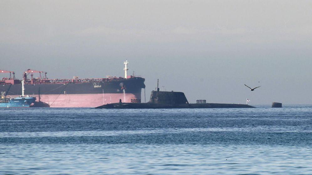 Foto: El submarino de propulsión nuclear HMS Ambush, escoltado por una patrullera de la policía gibraltareña, en una fotografía de archivo. (EFE)