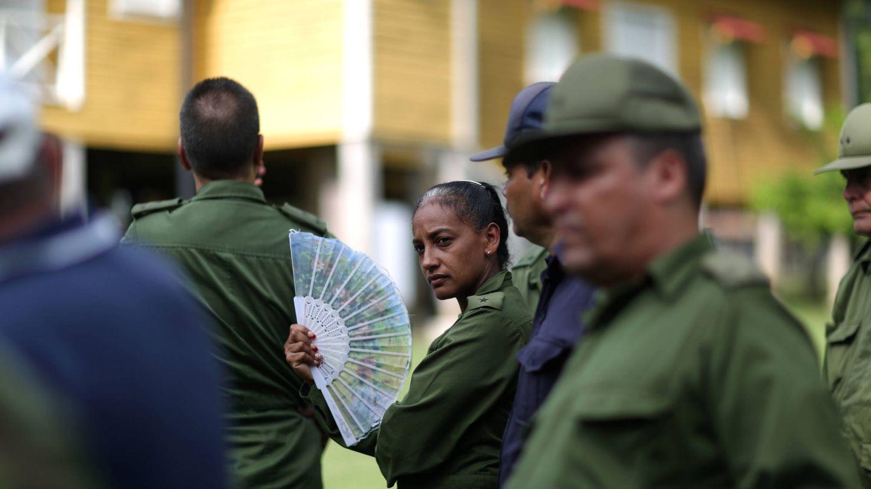 Oficiales del ejército cubano visitan la casa natal de Fidel y Raúl Castro, convertida en un museo, en junio de 2016. (Reuters)