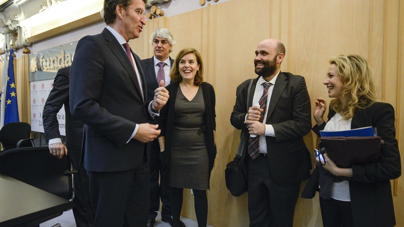 Foto: David del Cura, en el centro con barba, junto a la vicepresidenta del Gobierno (EFE).