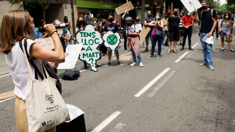 Activistas ambientales en las calles de Barcelona. Foto: EFE
