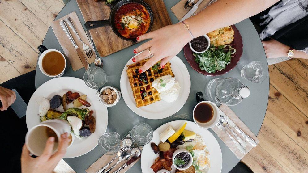 Foto: Varios comensales se reúnen para saborear un copioso desayuno (Pixabay)