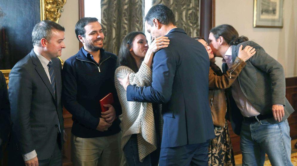 Foto: El presidente del Gobierno en funciones, Pedro Sánchez, saluda a la dirigente de Unidas Podemos Irene Montero, mientras Pablo Iglesias besa a la vicesecretaria general del PSOE, Adriana Lastra. (EFE)