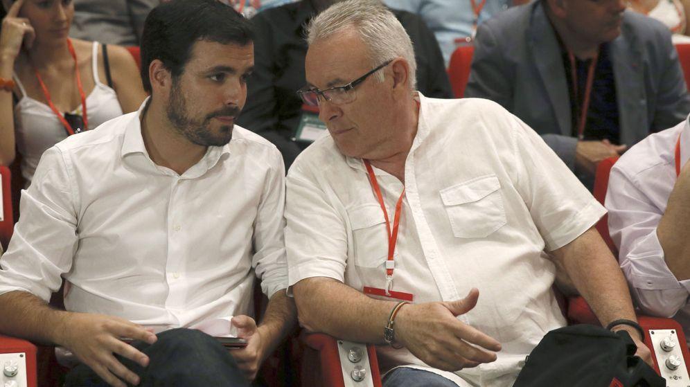 Foto: El excoordinador federal de IU, Cayo Lara (izq), junto a su sucesor, Alberto Garzón. (EFE)