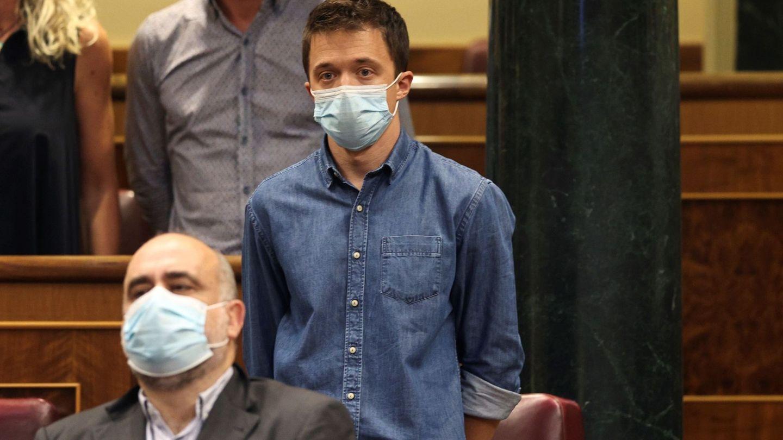 El diputado Íñigo Errejón, durante un minuto de silencio en el Congreso.
