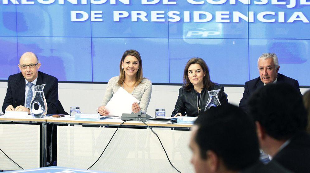 Foto: La secretaria general del PP, María Dolores de Cospedal (2i), junto a la vicepresidenta del Gobierno, Soraya Sáenz de Santamaría (2d). (EFE)