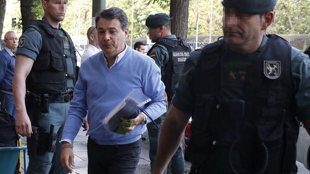 Foto: El expresidente de la Comunidad de Madrid Ignacio González (c), a su llegada al despacho que tiene en la calle Alcalá de Madrid. (EFE)