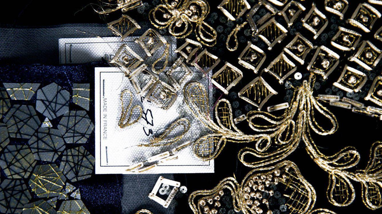 Foto: Bordado de hilos, trenzas, pasadores y pequeñas piezas de oro, de Lesage.