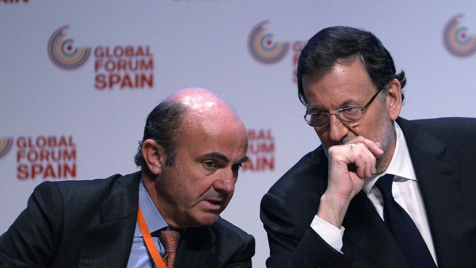 Foto: El ministro de Economía Luis de Guindos (i) junto a Mariano Rajoy en una imagen de archivo (EFE)