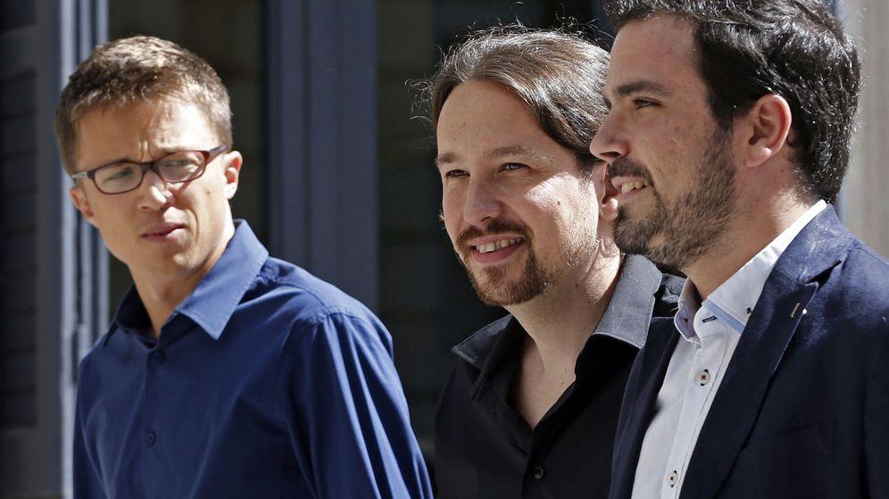 Foto: Pablo Iglesias, flanqueado por Íñigo Errejón y Alberto Garzón, a su llegada al Congreso durante una sesión de investidura. (EFE)