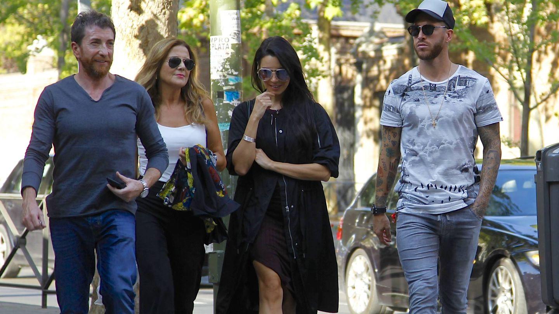 Pablo Motos y su mujer, Laura Llopis, junto a Pilar Rubio y Sergio Ramos. (VA)