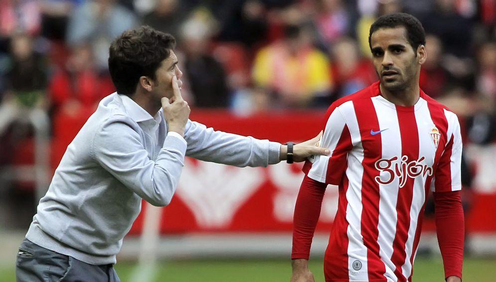 Foto: Rubi da instrucciones durante un partido del Sporting (EFE)