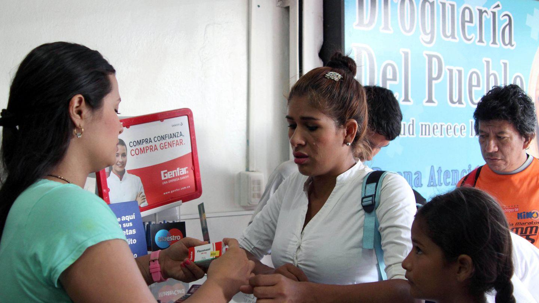 Venezolanos compran medicamentos en la localidad colombiana de Cucutá tras la reapertura de la frontera.