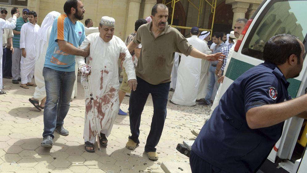 Foto: Un hombre herido es trasladado al hospital tras el atentado en la mezquita de Al Iman al Sadik en Kuwait. (EFE)