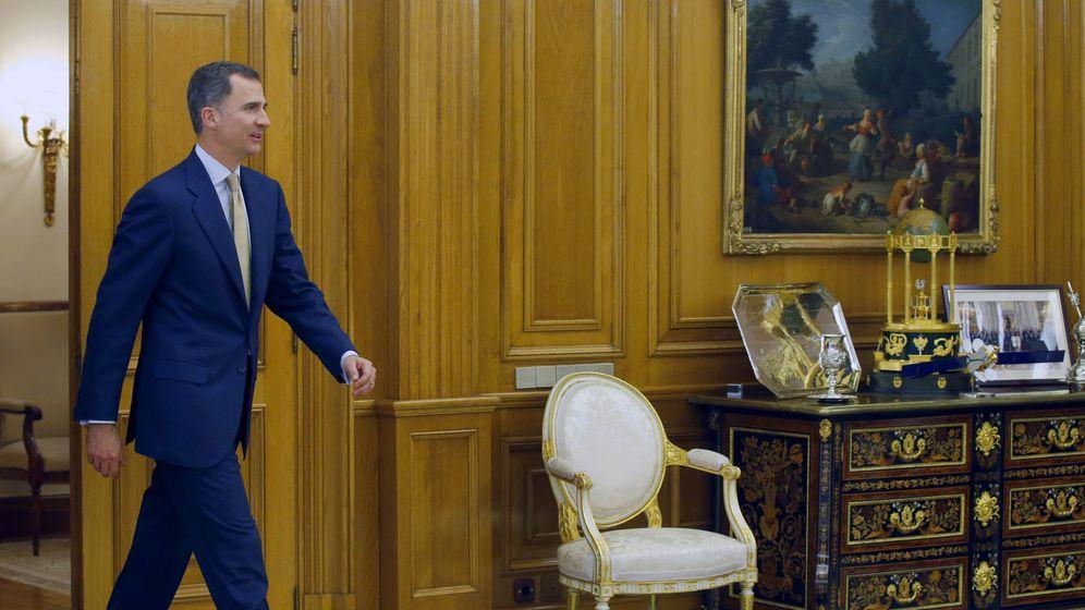 Foto: El rey Felipe VI, a su llegada a la recepción con el presidente del Congreso de los Diputados, Patxi López, el pasado abril en el Palacio de la Zarzuela. (EFE)