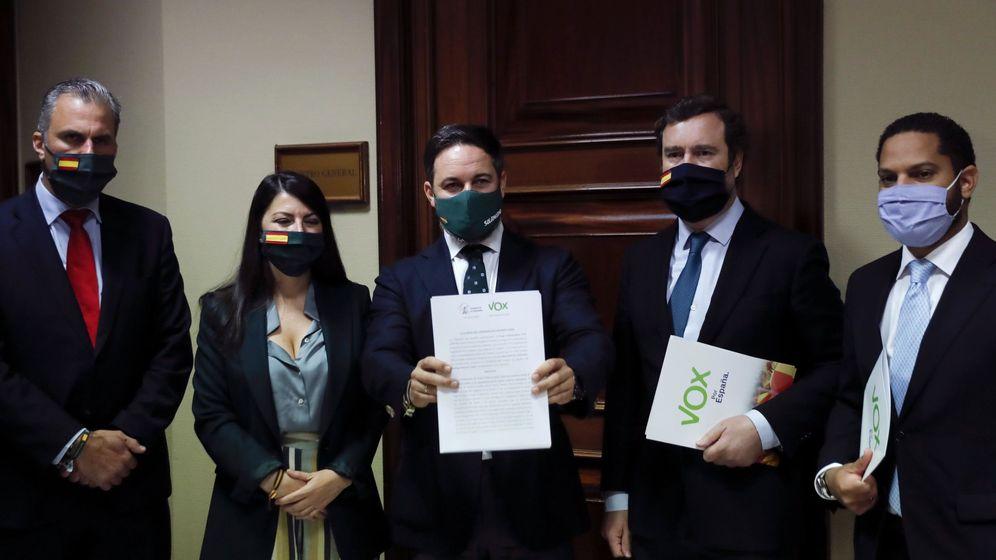 Foto: Momento de la presentación de la moción en el registro. (EFE)
