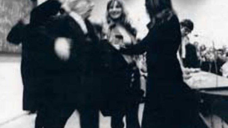 Momento del 'asalto' contra Adorno en Fráncfort en 1969 por un grupo de estudiantes.