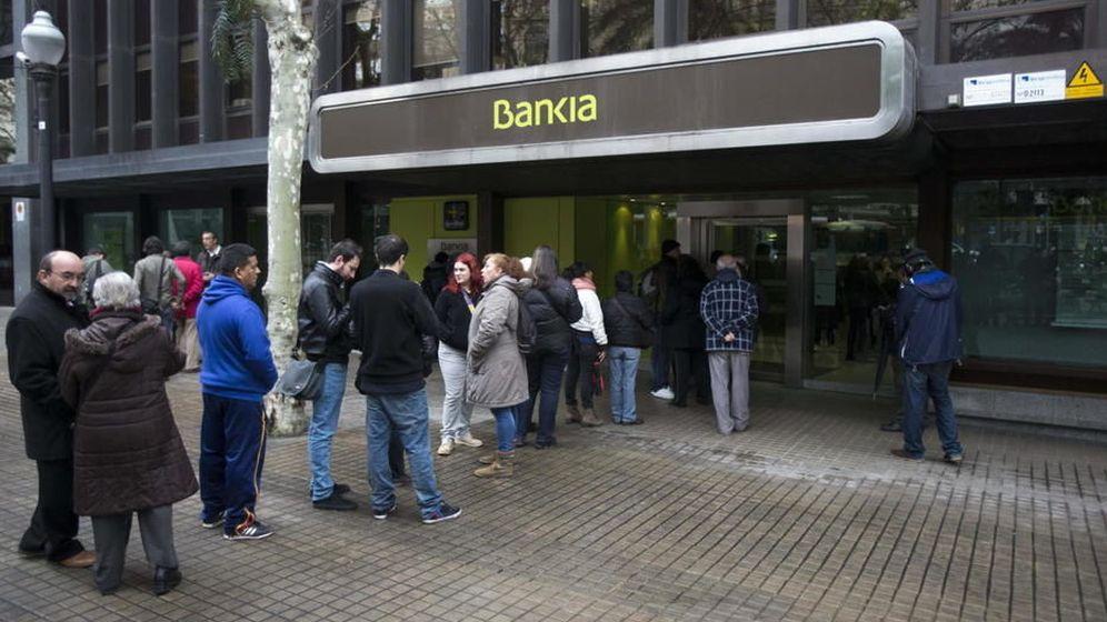 Foto: Colas a las puertas de las oficinas de Bankia para reclamar el dinero de la OPV.