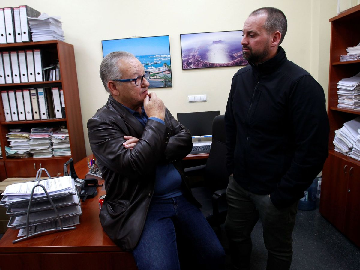 Foto: El armador y presidente de la Federación Andaluza de Asociaciones Pesqueras (FAAPE), Pedro Maza (i), conversa con su hijo Pedro. (EFE)