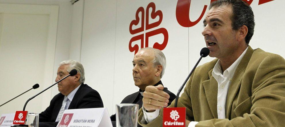 Foto: El presidente y el secretario general de Cáritas Española, Rafael del Río (i) y Sebastián Mora (d). (EFE)