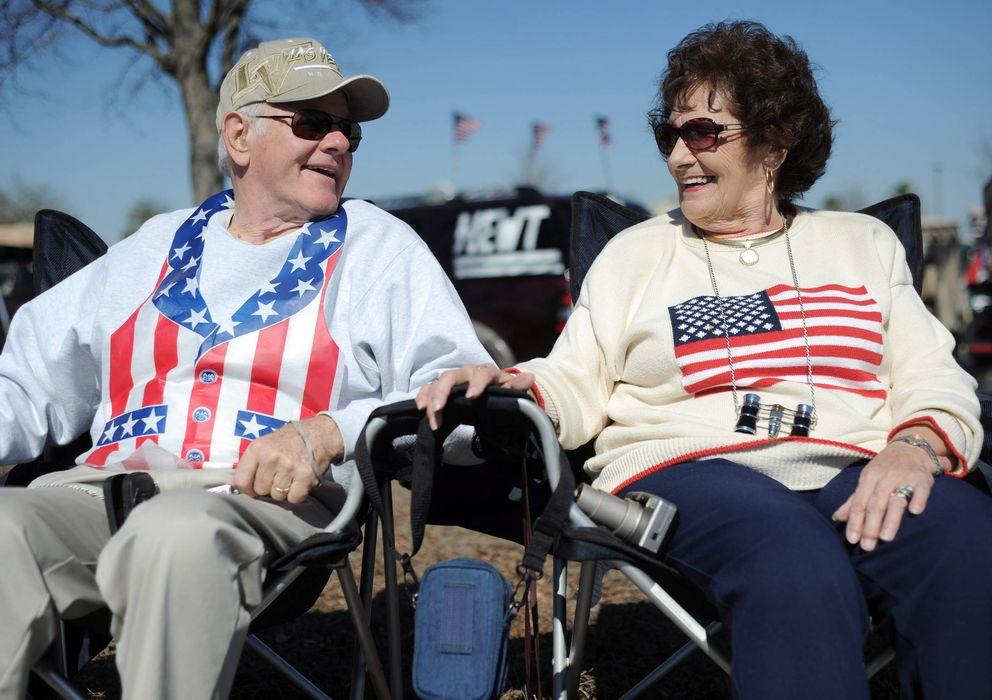 Foto: Dos vecinos de The Villages (Florida), durante un mitin político (EFE)