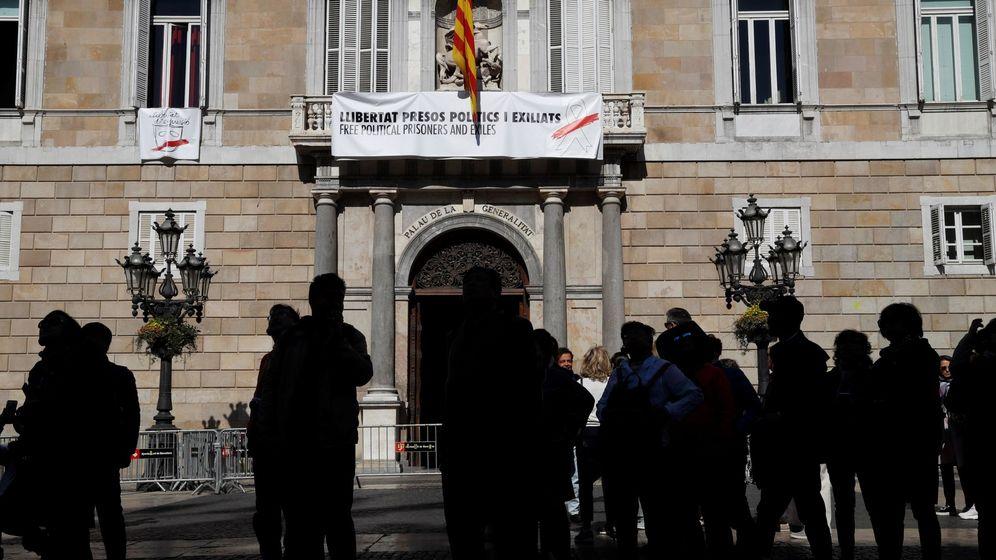 Foto: Nueva pancarta en el Palau de la Generalitat. (EFE)