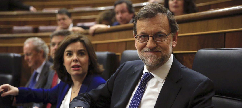 Mariano Rajoy y la vicepresidenta en funciones, Soraya Sáenz de Santamaría, al comienzo del pleno de este 6 de abril. (EFE)