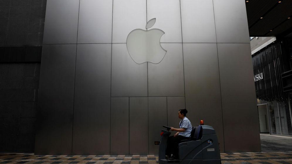 Foto: Una empleada trabaja en una tienda de Apple en Pekín, China. (Reuters)