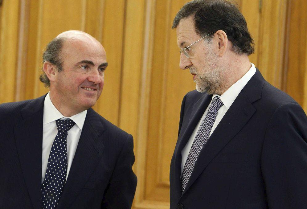 Foto: El ministro de Economía en funciones, Luis de Guindos, junto al presidente del Gobierno en funciones, Mariano Rajoy. (EFE)