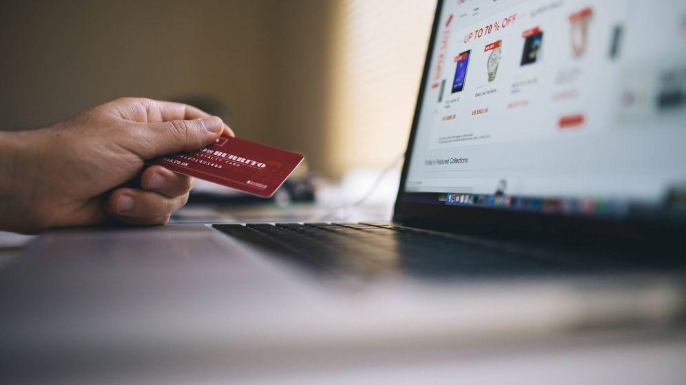Foto: Una tarjeta de crédito junto a un ordenador. (Pexels)