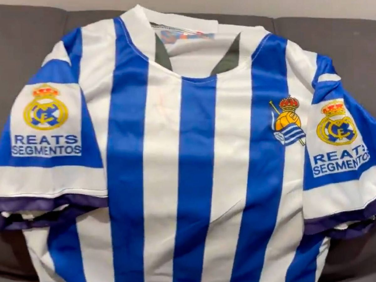 Foto: El aficionado de la Real Sociedad no se puede creer los errores de su camiseta (Twitter/@CasterDeMairena)