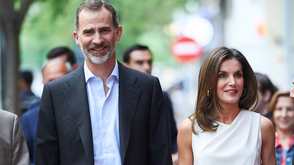 Doña Letizia presume de marido estrenando un look total white