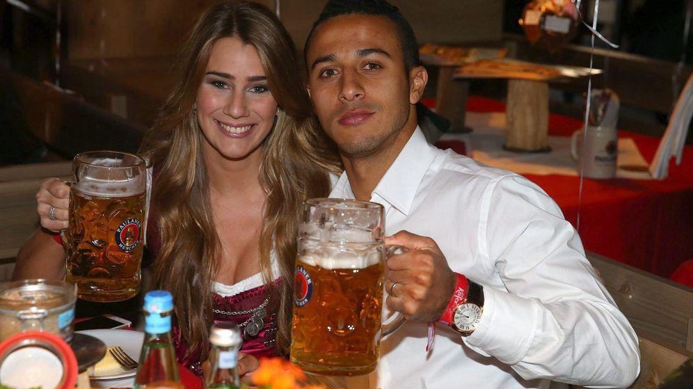 Foto: Thiago, con el Bayern en la Oktoberfest de Múnich (EFE)