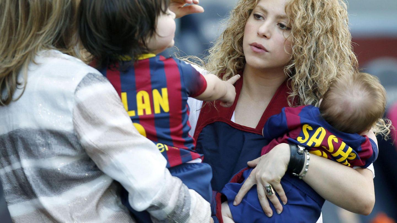 Shakira con sus dos hijos en el Camp Nou. (EFE)