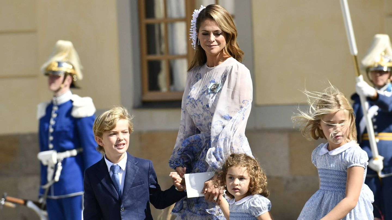 Magdalena de Suecia posando con sus hijos durante el bautizo del príncipe Julian.(CP)