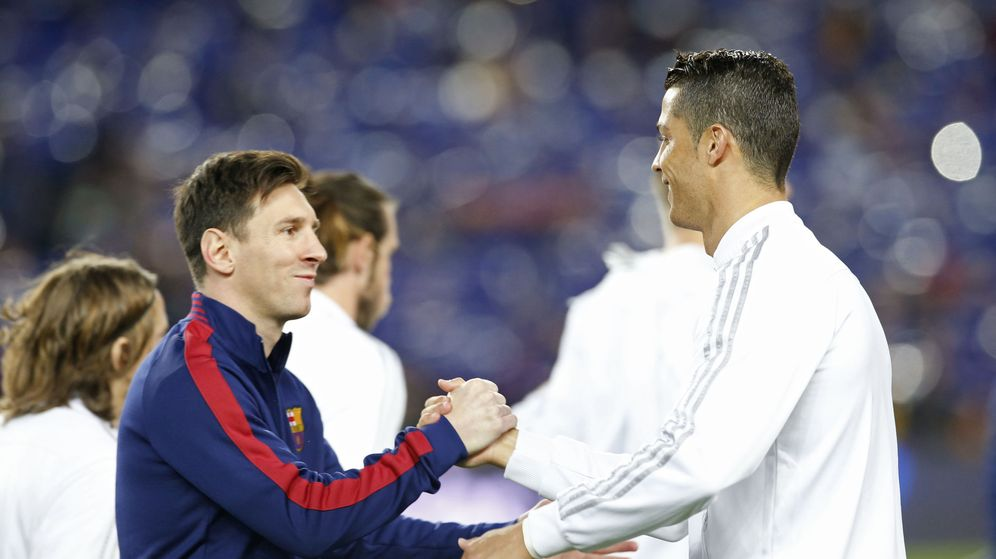 Foto: Cristiano Ronaldo y Messi se saludan antes de dar comienzo a 'el Clásico'.