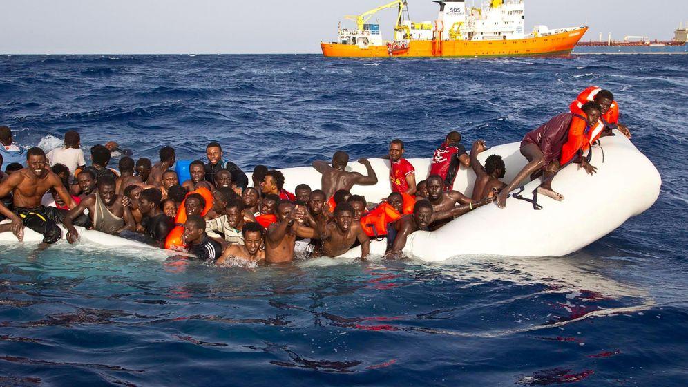 Foto: Migrantes a la espera de ser rescatados a escasas millas de la costa de Lampedusa (Italia). (Reuters)