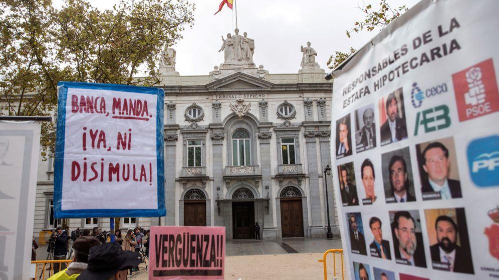 Foto: Grupos de personas concentradas ante la sede del Tribunal Supremo. (EFE)
