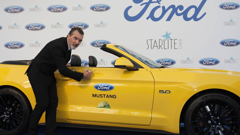 Antonio Banderas firmando un Ford Mustang.