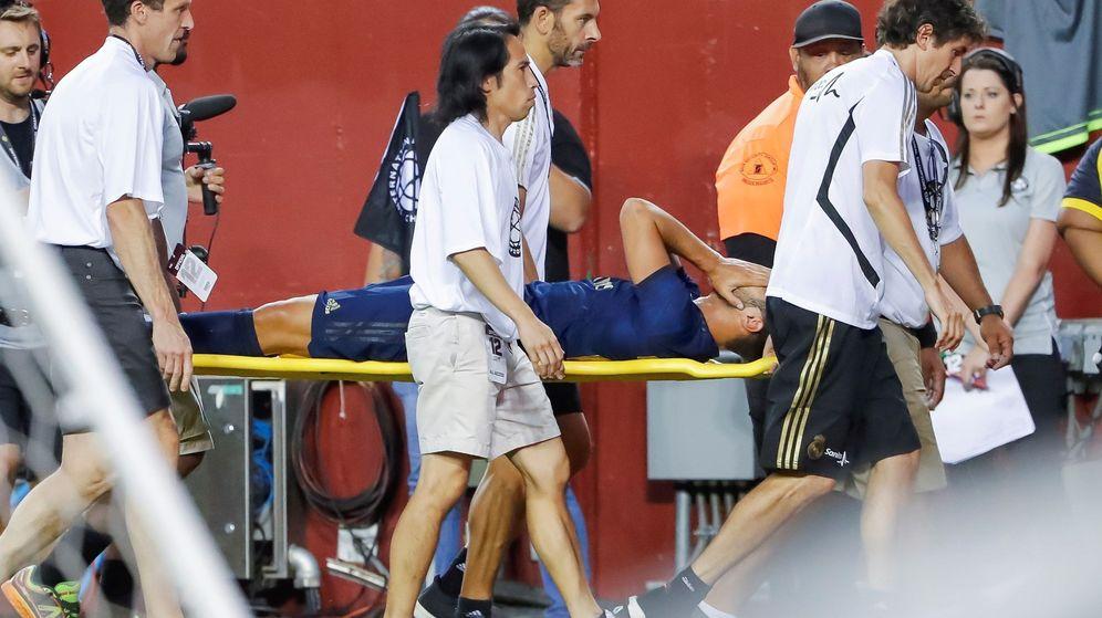 Foto: Marco Asensio se retira en camilla del estadio FedEx en Maryland tras caer lesionado. (Efe)