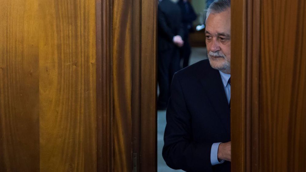 Foto: El expresidente andaluz José Antonio Griñán accede a la sala de la Audiencia de Sevilla. (EFE)