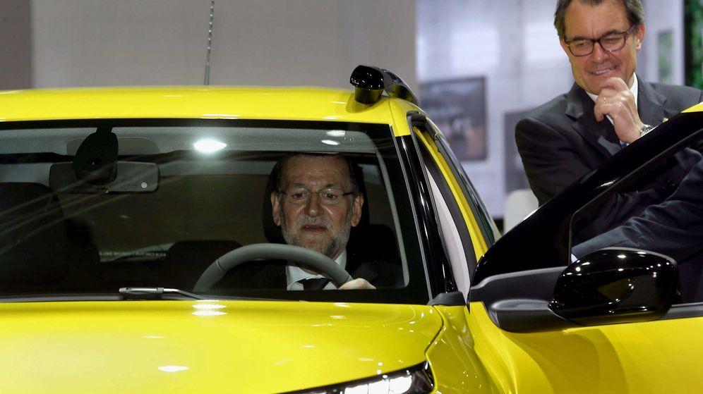 Foto: El presidente en funciones de la Generalitat, Artur Mas (d), observa al presidente en funciones del Gobierno, Mariano Rajoy. (EFE)