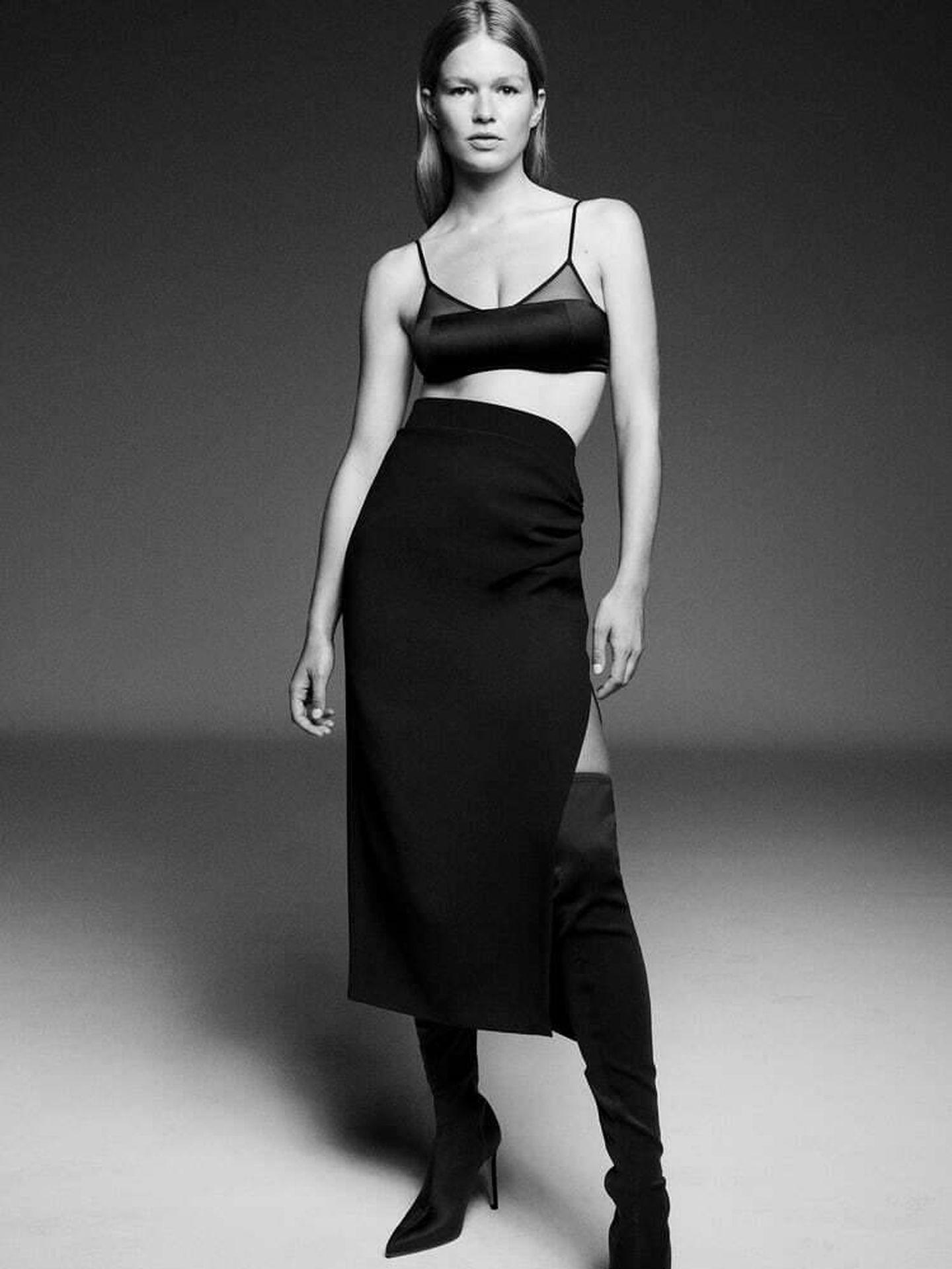Una nueva falda midi de color negro de Zara. (Cortesía)