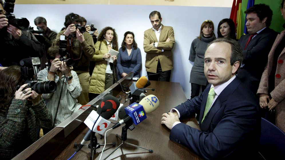 Foto: Arturo González Panero, con algunos de sus ediles en febrero de 2009. (EFE)