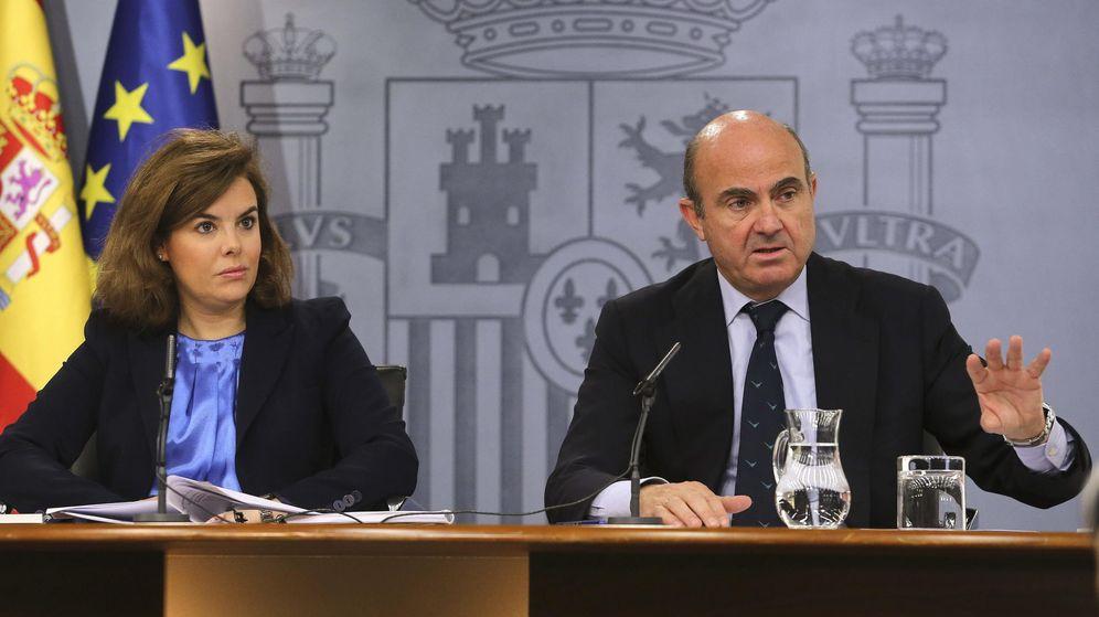 Foto: La vicepresidenta del Gobierno en funciones, Soraya Sáenz de Santamaría y el ministro de Economía y Competitividad, Luis de Guindos. (EFE)