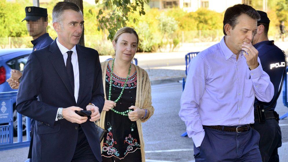Foto: José Manuel Aguilar, Elisa Maldonado y Jorge Vela, que han resultado absueltos por la Audiencia y el Supremo del caso Nóos. (EFE)