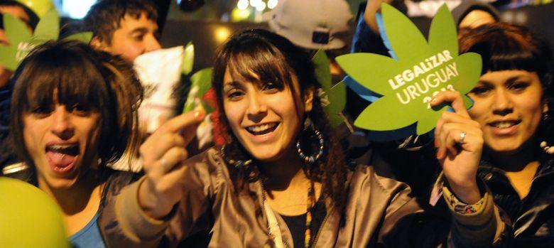 Foto: Activistas piden al Estado uruguayo no atrasar la legalización de la marihuana. (EFE)