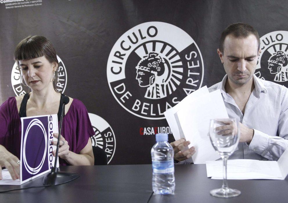 Foto: Lucía Ayala y Luis Alegre, coordinadores del equipo técnico de Podemos, durante el inicio de la Asamblea Ciudadana Sí Se Puede. (EFE)