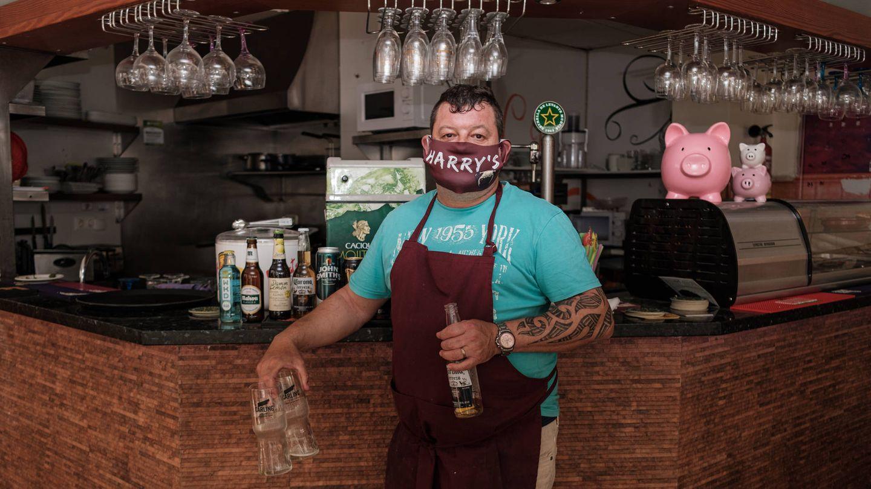 Mark posa en su bar de Benidorm. (S. B.)