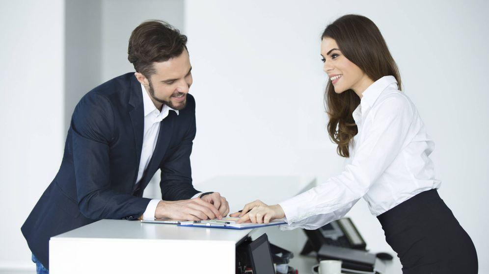 Foto: 'Firma aquí para lo de la hipoteca, cari'. Disimulan tan bien que nadie se da ni cuenta. (iStock)